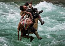 Mención Honorífica, Gente y naturaleza. EL CAMINO A CASA En Yunnan, China. Mayo de 2021. Autor: Minqiang Lu