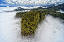 Segundo Lugar, Paisaje. SERRA DO MAR En un vuelo en helicóptero a través de la cordillera, me encontré con esta cubierta de nubes blancas, que dio lugar a esta imagen que se asemeja a la cabeza de un dinosaurio. Brasil. Autor: Denis Ferreira Netto.