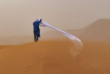 Segundo Lugar, Gente y naturaleza. TORMENTA DE ARENA Un guía en el desierto del Sahara soportando una tormenta de arena. Australia. Autor: Tom Overall.