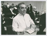 Mostrando la medalla del premio Nobel de literatura