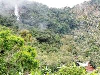 Una cascada cerca a la gruta de la Virgen de la Peña